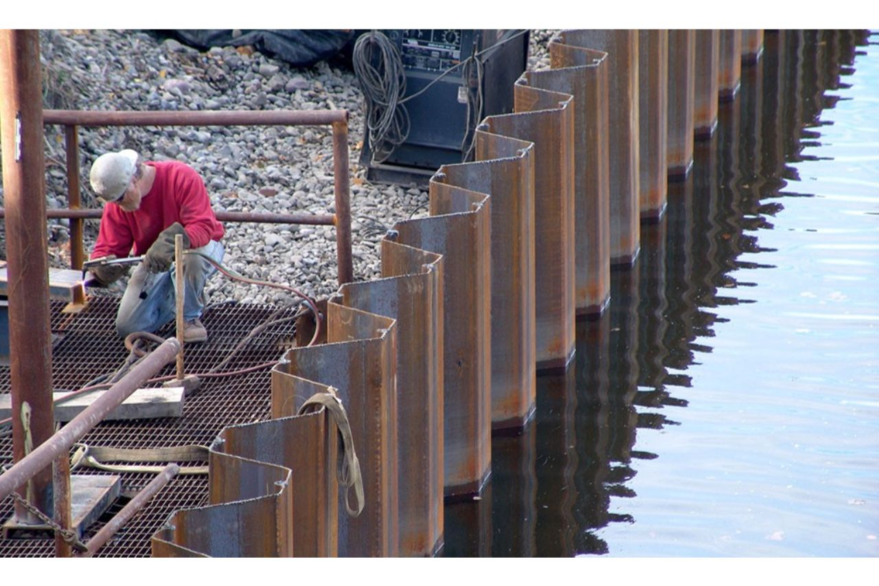 Installing sheet piles in a construction site